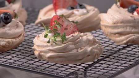 menta : Small pavlova cakes with fresh Strawberries and blueberries.