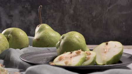 poire : Metal plate with delicious ripe pears on table.