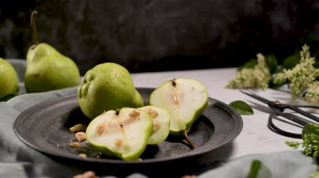 строгий вегетарианец : Metal plate with delicious ripe pears on table.
