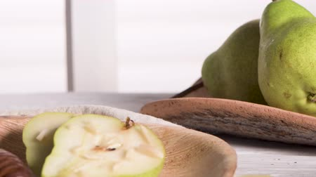 orzechy włoskie : Tasty pears with honey and nuts on wooden table.