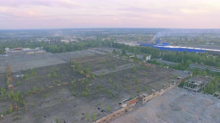 zastřešení : Aerial footage abandoned part of large industrial complex