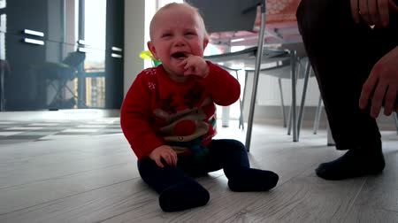 pŁacz : Crying baby boy sitting on the floor, slow motion