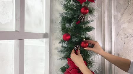 tipo baskı : Girl decorates a christmas tree