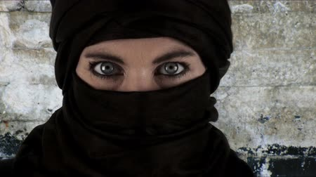 olho : Close up on a woman wearing a chador (zoom in effect) Vídeos