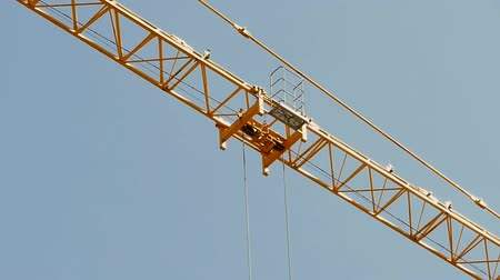 winda : Close up of a crane carrying a load