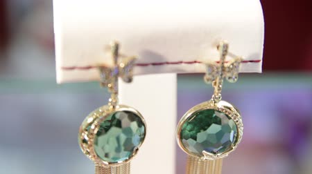 pedra preciosa : Close-up of the green diamond earrings in the jewelry store.Jewellery.Shallow depth of field