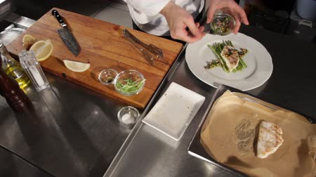 espargos : The process of serving grilled pike perch fillet with asparagus and lemon