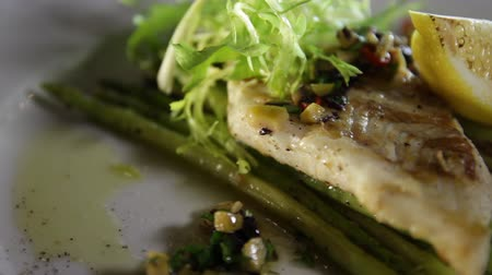 zander : Close-up of grilled pike perch fillet with asparagus and lemon