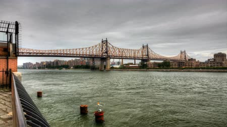 the suspension bridge : 4K UltraHD The Queensboro Bridge with boats on the East River