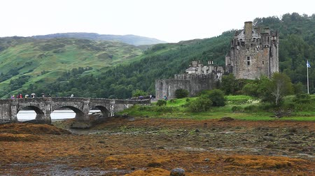 felvidéki : Eileen Donan Castle, a beautiful castle in  in Scotland Stock mozgókép