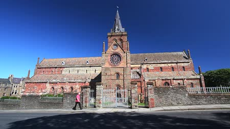 aanbidding : St Magnus Cathedral in de stad Kirkwall, Orkney, Schotland Stockvideo
