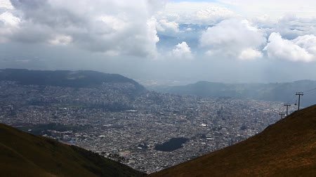 magasság : Looking down on the city of Quito Stock mozgókép
