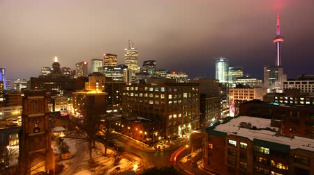 kanada : Timelapse view of the Toronto skyline as night falls Stok Video