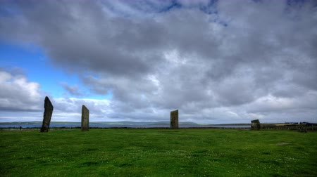 Шотландия : 4K UltraHD The Stones of Stenness, a small ring of Standing Stones in Orkney Стоковые видеозаписи