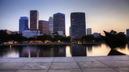 západ : 4K UltraHD View at dusk of Los Angeles skyscrapers with reflecting pool in the foreground Dostupné videozáznamy