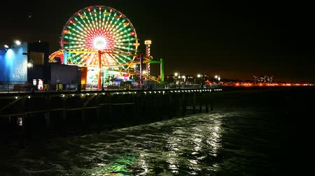 atracação : A view of the attractions of the Santa Monica Pier at night