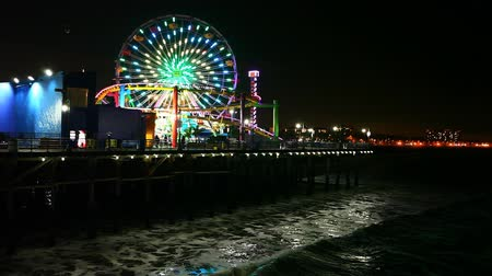 szórakoztatás : Night view of the attractions of the Santa Monica Pier