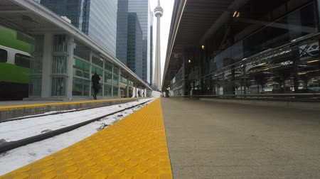 binari treno : 4K UltraHD Linea ferroviaria a Union Station di Toronto con la CN Tower in background Filmati Stock