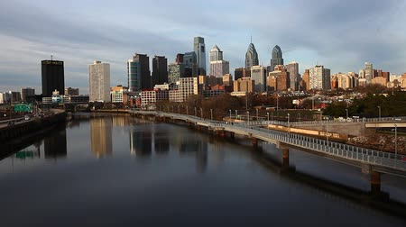 philadelphie : A Philadelphia cityscape with river in the foreground