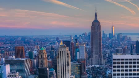 panorâmico : Pan of nightfall in the heart of Manhattan