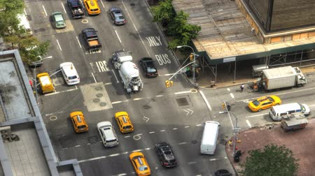 amerika : Zoom out of a busy intersection in Manhattan Dostupné videozáznamy