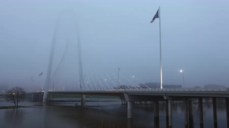 маргарита : 4K UltraHD Traffic on the Margaret Hunt Bridge on foggy morning in Dallas Стоковые видеозаписи