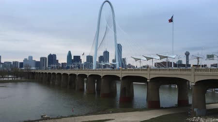 маргарита : 4K UltraHD Foggy morning view of the Margaret Hunt Bridge in Dallas