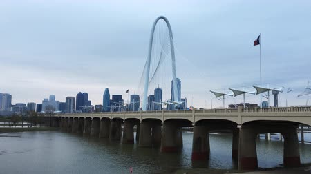 маргарита : 4K UltraHD Misty morning view of the Margaret Hunt Bridge in Dallas Стоковые видеозаписи
