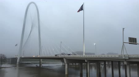 маргарита : 4K UltraHD Traffic moves in fog over Margaret Hunt Bridge in Dallas