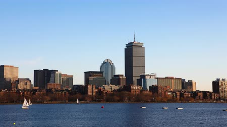 panorâmico : 4K UltraHD Timelapse Boston city center with sailboats in foreground
