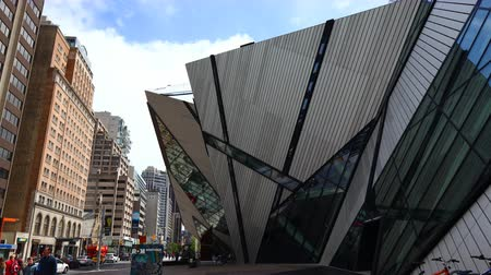 romênia : The front of the Royal Ontario Museum Toronto The latest addition is called The Crystal, designed by Michael Lee-Chin Stock Footage