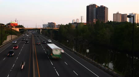 Онтарио : 4K UltraHD Motion controlled pan timelapse of Don Valley Parkway traffic in Toronto