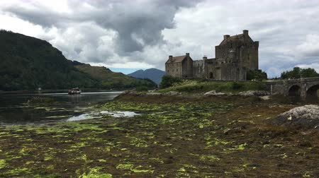 felvidéki : 4K UltraHD The beautiful Castle of Eilean Donan in Scotland Stock mozgókép