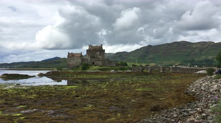 felvidéki : 4K UltraHD The picturesque Scottish Castle of Eilean Donan Stock mozgókép