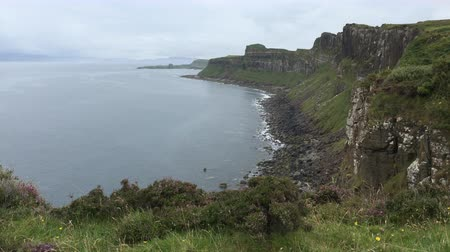 felvidéki : 4K UltraHD Clifftop view of the coastline of the Isle of Skye