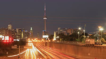 horas : Dusk timelapse by expressway of Toronto city center 4K Stock Footage