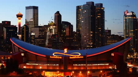 hokej : Timelapse day to night of the Saddledome arena in Calgary, Canada 4K