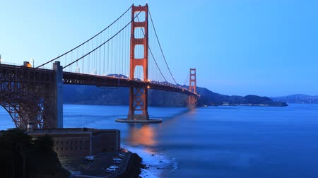 rosso e blu : Timelapse del Golden Gate Bridge mentre l'oscurità cade 4K Filmati Stock