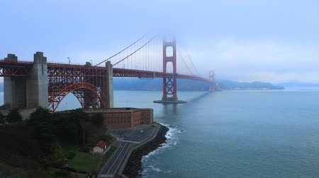 voertuigen : Timelapse van de Golden Gate Bridge in mist 4K