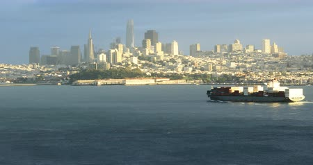 небоскреб : San Francisco skyline with container ship in front 4K Стоковые видеозаписи