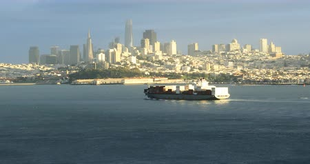 pyramida : San Francisco skyline with container ship in foreground 4K Dostupné videozáznamy