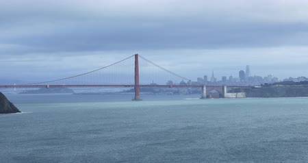 rosso e blu : Ampia vista laterale del Golden Gate Bridge 4K