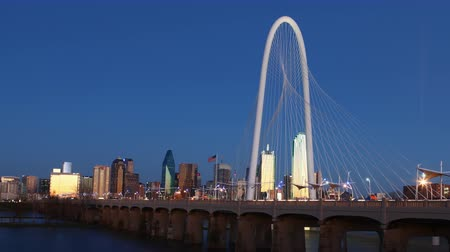 маргарита : Timelapse day to night on the Margaret Hunt Bridge into Dallas 4K Стоковые видеозаписи