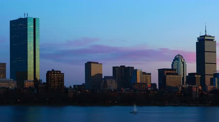 tocht : Timelapse of the Boston skyline across the harbor at night 4K