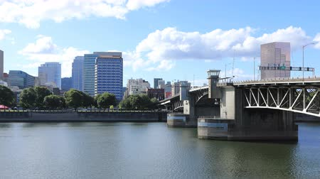Орегон : Timelapse Portland, Oregon skyline by bridge over Willamette River 4K