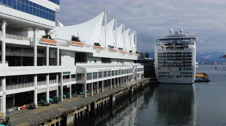 ingiliz columbia : Timelapse Canada Place in Vancouver, British Columbia with cruise ship 4K