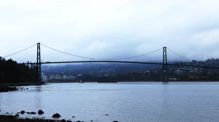 ingiliz columbia : Timelapse Lions Gate Bridge in Vancouver, Canada on misty day 4K