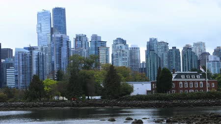 ingiliz columbia : Timelapse cityscape of Vancouver, British Columbia across harbor 4K