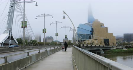 estrutura construída : Canadian Museum for Human Rights on misty day 4K