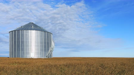 canadense : Timelapse of large grain bin Saskatchewan prairies, Canada 4K Stock Footage